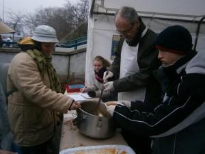 ételosztás a KDNP tagjainak társaságában